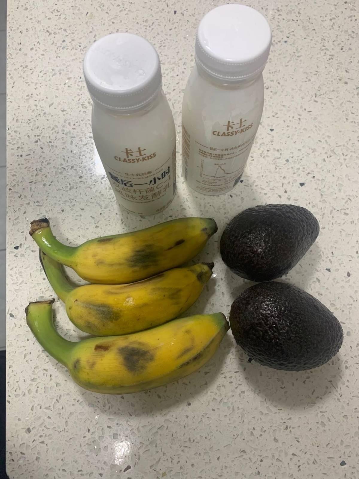 材料:2个牛油果,3根香蕉,2杯酸奶