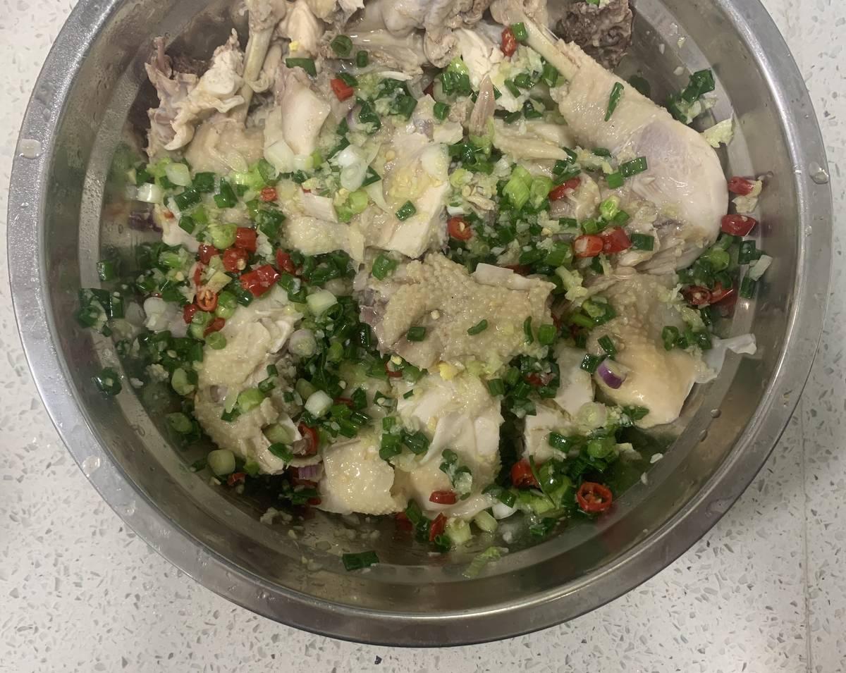把煮好的土鸡🐔捞起,放入凉开水中浸泡,然后把鸡肉斩块装盘,淋上做好的蘸料即可!