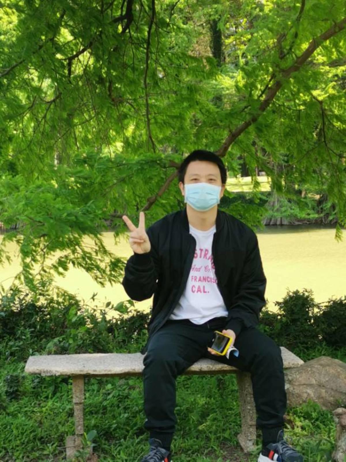 爸爸妈妈带多多和姐姐去华南植物园玩,爸爸还把华为手机给我拍照,那多多就拍一下爸爸妈妈。yeah!