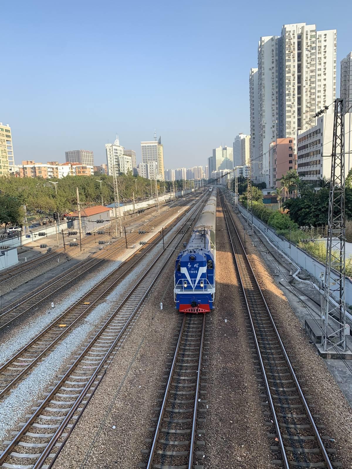 天河北的背面就是广园路,广园路有段是和广深铁路并行的,我带小朋友到华工玩,就会穿过中间的立交桥,有时候还能看到火车经过,这次竟然看到东风火车头!
