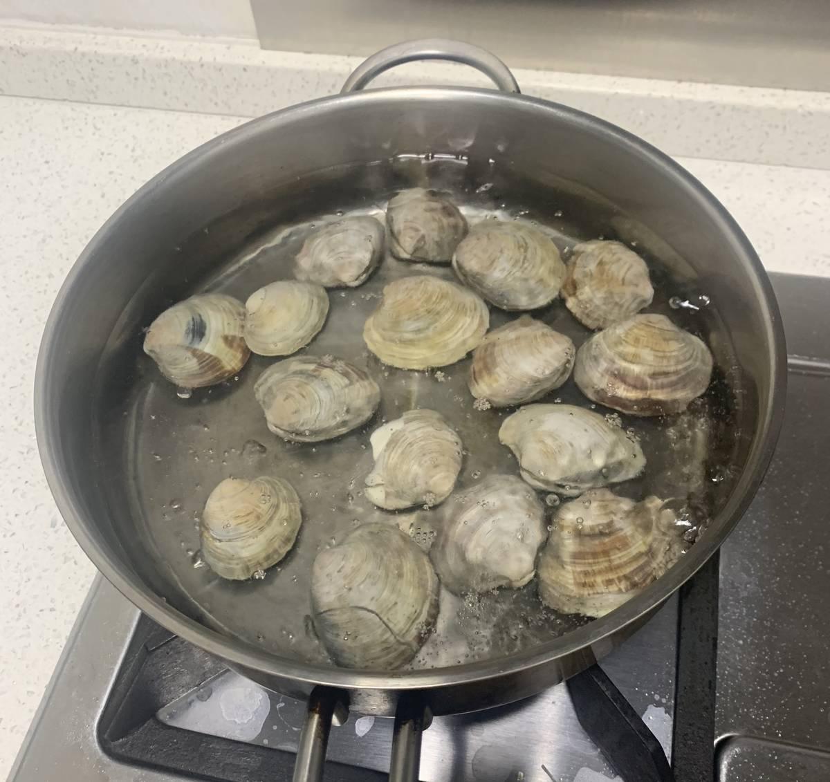 新学的一个菜,文蛤蒸蛋。  先把文蛤用热水烫一下,就能全部张开