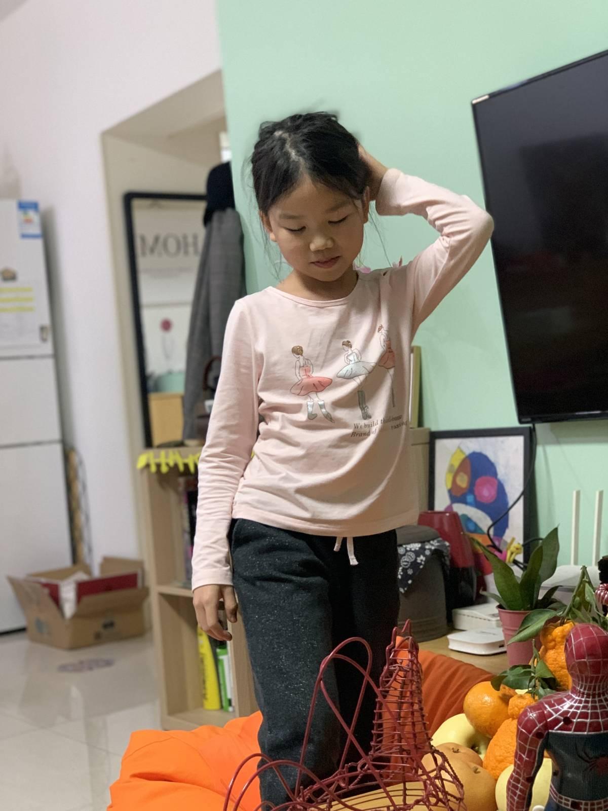 昨天吃晚饭的时候,我把黄瓜花给多多吃,然后多多就教育我,这是季节菜,要多吃点!
