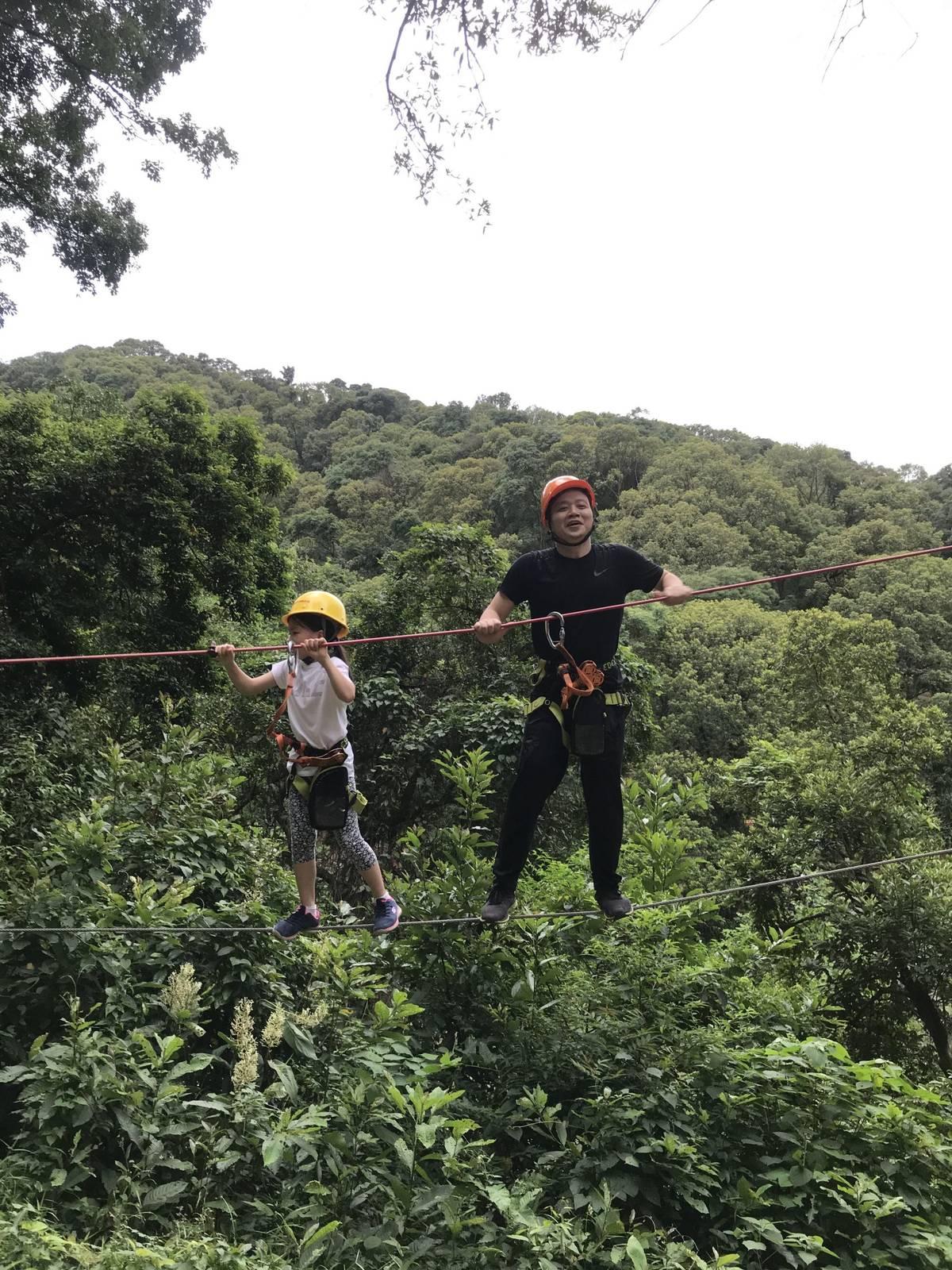 整体来说,飞跃丛林这个探险活动还是挺好玩的😄  这次带多多玩了蓝线,只是第二级,后面还有,红 橙 黑 黑金线,以后也去挑战下!
