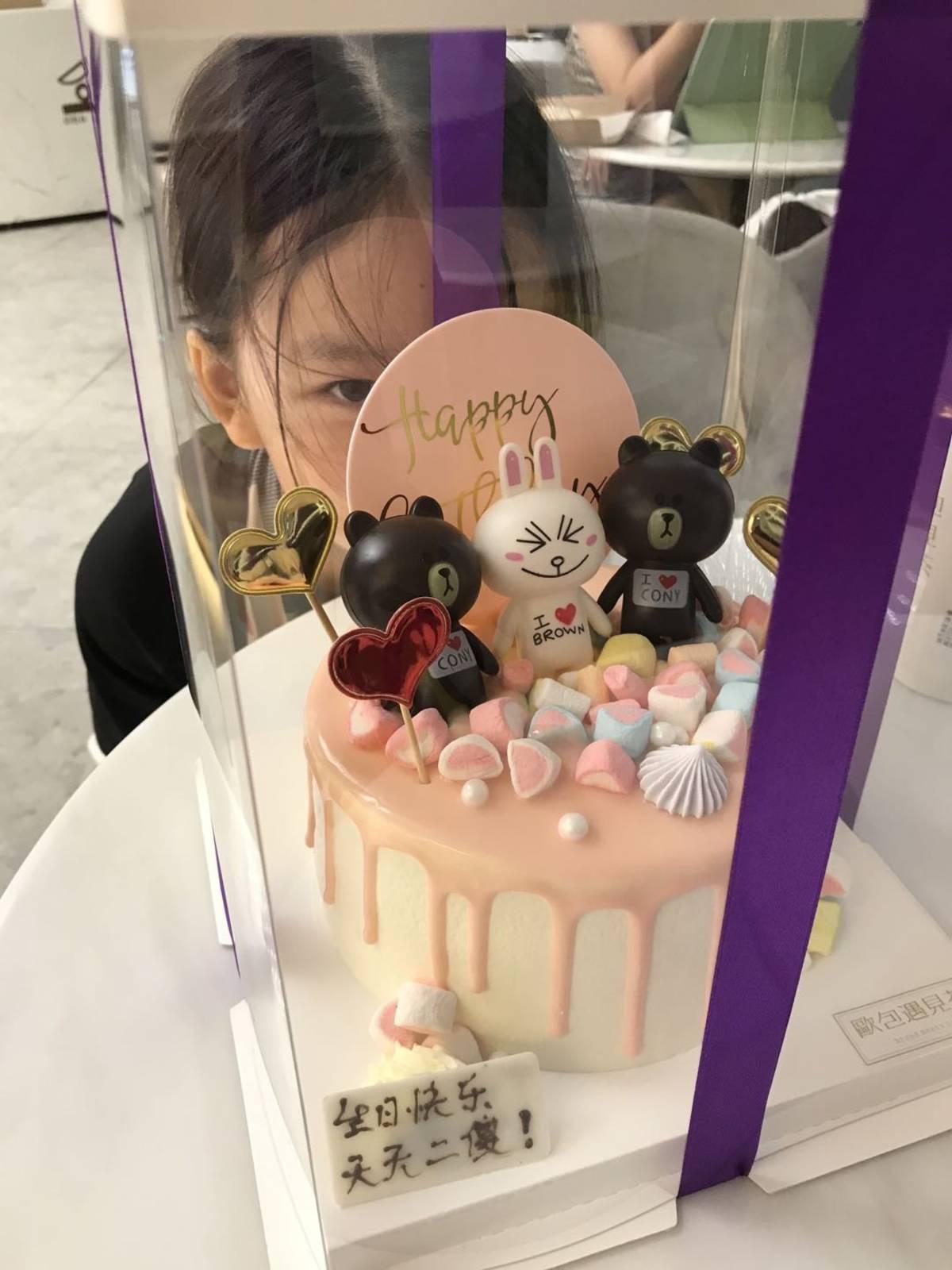姐姐说她蛋糕最俗,多多说她的蛋糕最好看!  我觉得谁过生日谁的蛋糕好看!