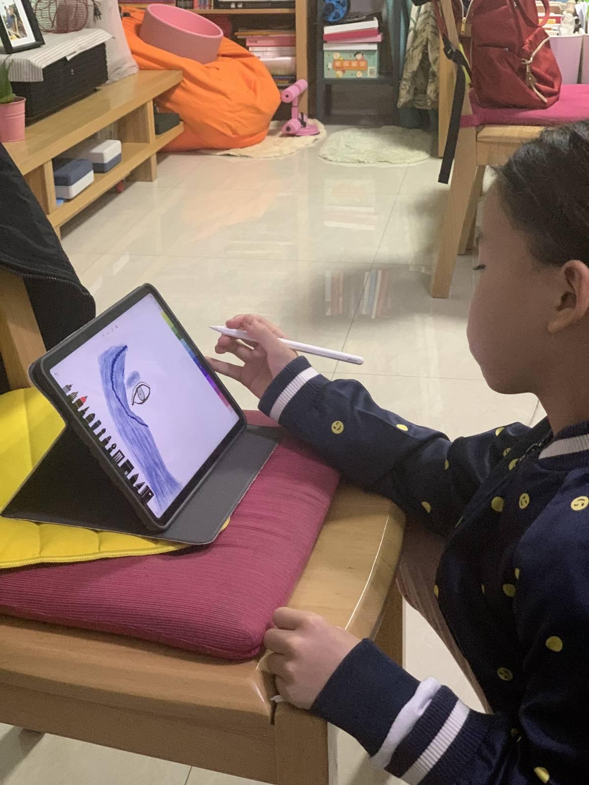 上周开始用 iPad 看书,想着就买了支笔,多多先拿它画画了